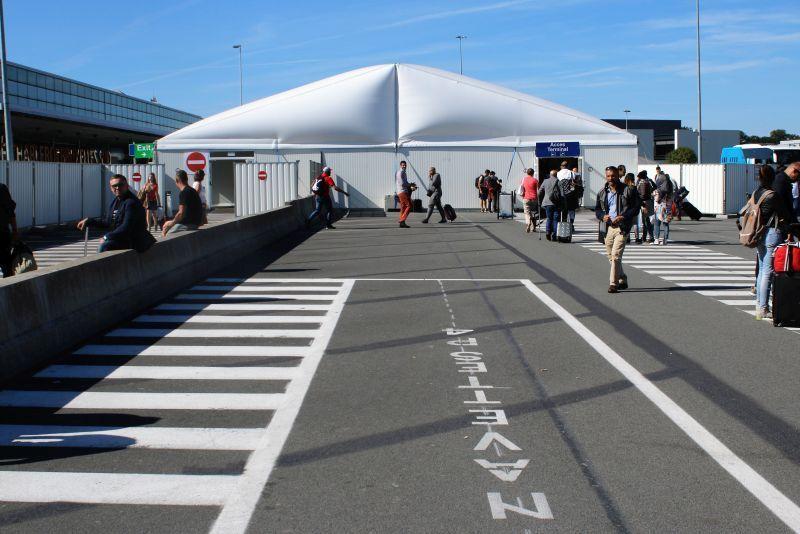 Lotnisko Bruksela Charleroi. Aby wejść do terminalu, trzeba przejść przez namiot, w którym umieszczono śluzy z bramkami. Fot. Jerzy S. Majewski