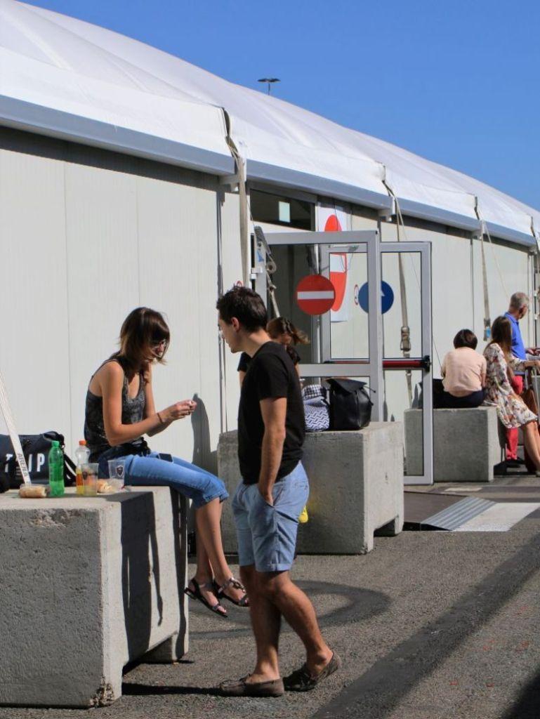 Lotnisko Bruksela Charleroi. Zamiast ławek betonowe zapory koło namiotu z bramkami. Fot. Jerzy S. Majewski
