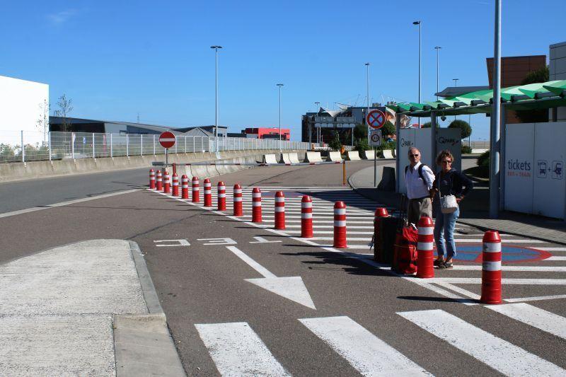 Lotnisko Bruksela Charleroi. Plac przed terminalem został przegrodzony różnego rodzaju zaporami, siatkami, pachołkami. Fot. Jerzy S. Majewski.