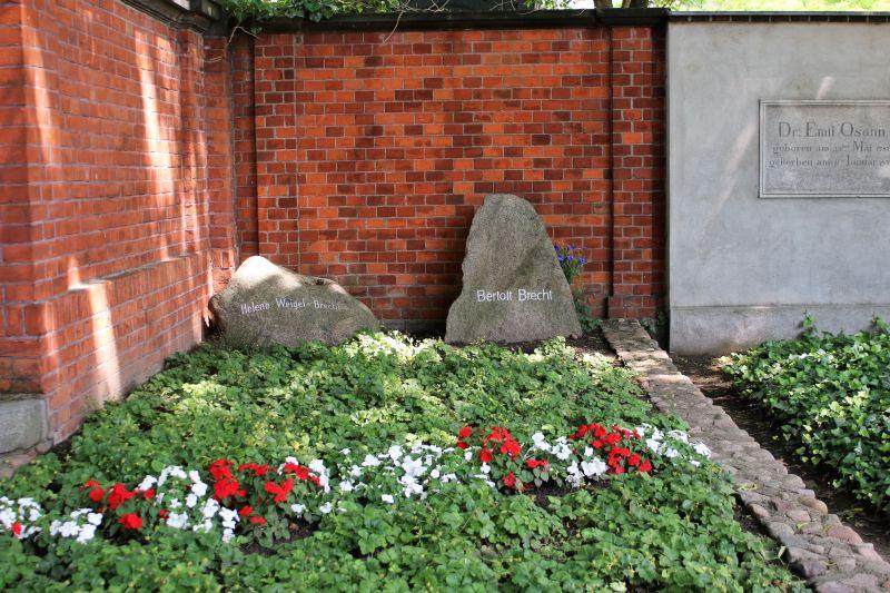 Berlin. Cmentarz dzielnicy Dorotheenstadt. Nagrobek. Bertolda Brechta. Fot. Jerzy S. Majewski