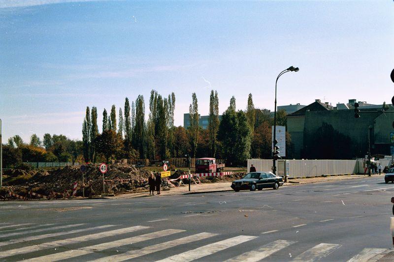 Warszawa. Plac Trzech Krzyży. Początek budowy Holland Parku w 1996 r. Fot. Jerzy S. Majewski