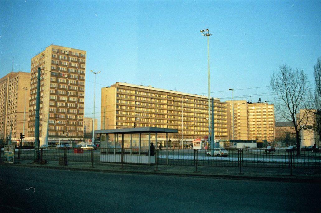Warszawa. Blok przy Świętokrzyskiej około 1993 r. Na zdjęciu dobrze widać skalę, jaka została nadana tej części miasta w połowie lat 60. XX w. Fot. Jerzy S. Majewski