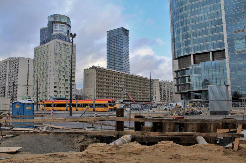 Warszawa. To samo miejsce w maju 2014 r. w trakcie budowy stacji metra Rondo ONZ. Wokół wyrosły wieżowce. Fot. Jerzy S Majewski