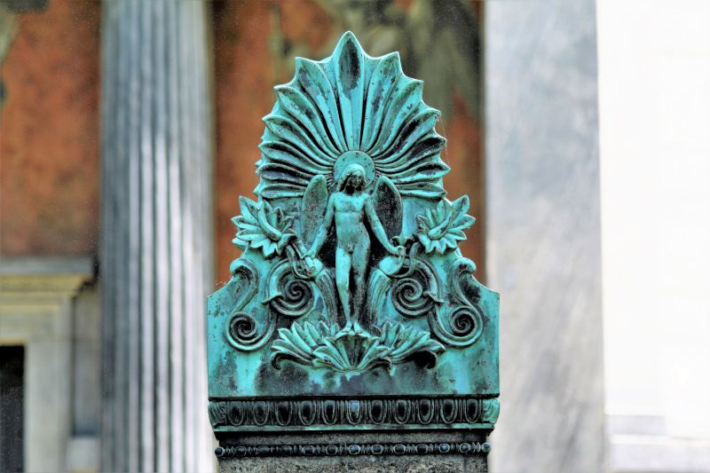 Berlin. Cmentarz dzielnicy Dorotheenstadt. Akroterion wieńczący nagrobek K.F.Schinkla, autorstwa Augusta Kissa. Fot. Jerzy S. Majewski