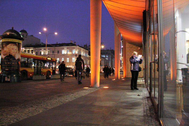 Plac Trzech Krzyży. Gmach Holland Parku w 2011 r. z przyjaznym podcieniem zachęcającym do przechodzenia pod nim i zaglądania do budynku. To rozwiązanie nadawało placowi charakter wielkomiejski. Fot. Jerzy S. Majewski
