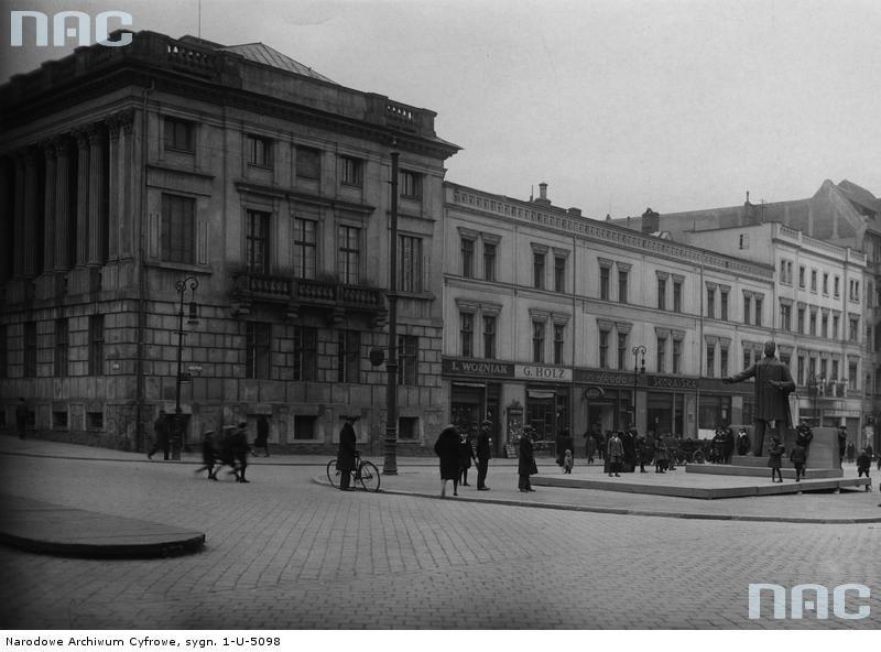 Poznań. Gmach Biblioteki Raczyńskich z dobudowanym do 1828 r. skrzydłem z galerią Atanazego Raczyńskiego. Skrzydło to zostało zniszczone w trakcie walk w Poznaniu w 1945 r. Fot. NAC