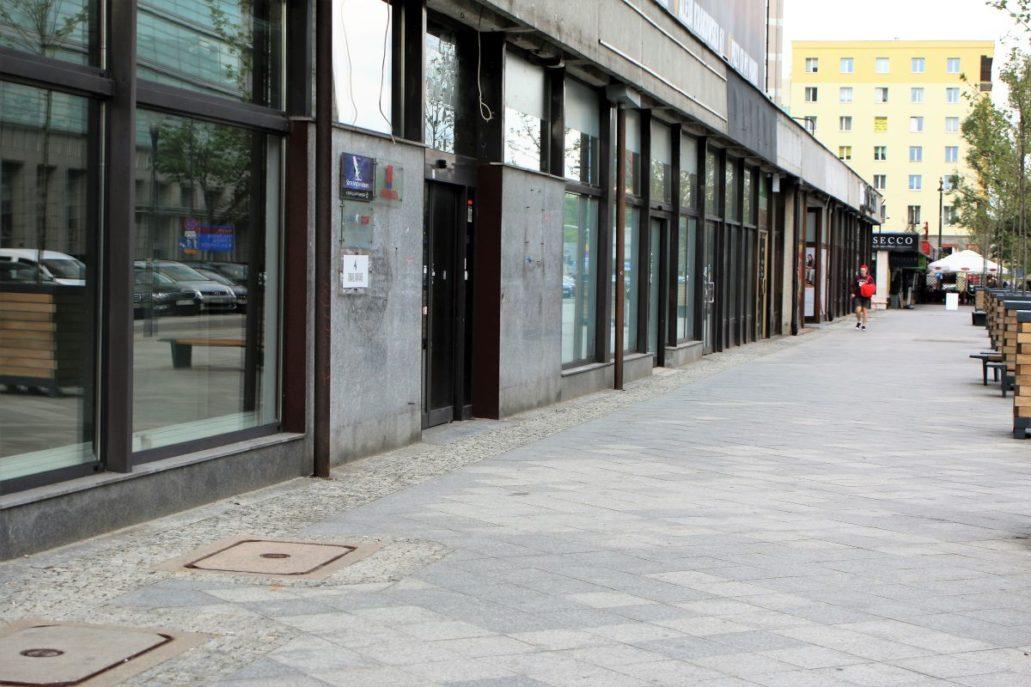 Warszawa. Świętokrzyska 36. Martwy parter budynku. Fot. Jerzy S Majewski
