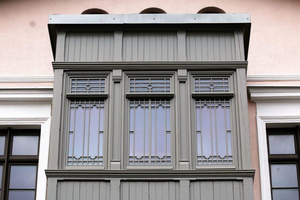 Wejherowo. Fragment werandy – wykusza na fasadzie kamienicy przy ul. 12 marca 236. Fot. Jerzy S. Majewski