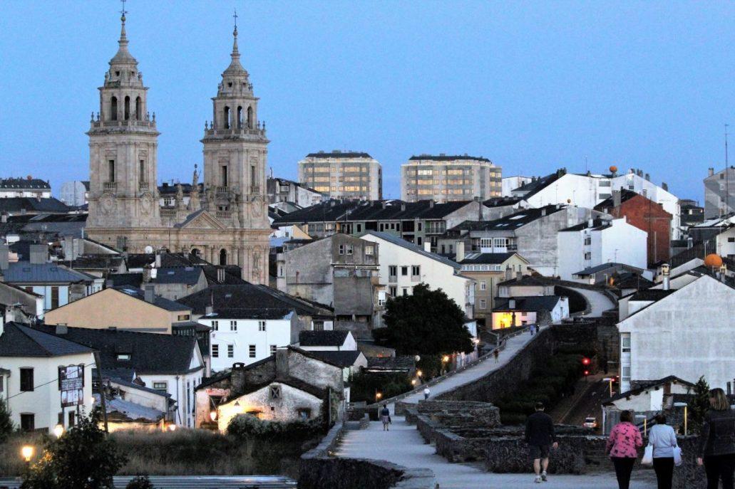 Panorama Lugo z katedrą widzianą z rzymskiego muru obronnego. Fot. Jerzy S. Majewski