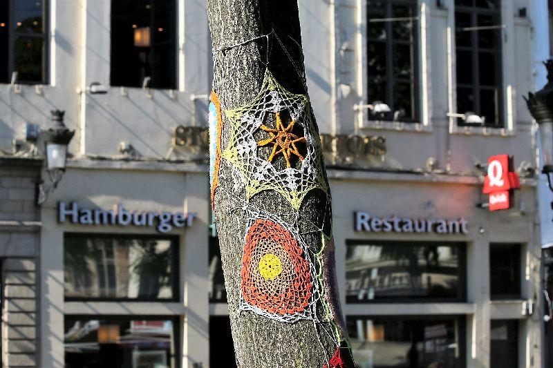 Bruksela. Włóczkowe wdzianko na drzewie pośrodku Rue du Marché aux Herbes. Wrzesień 2016. Fot. Jerzy S. Majewski