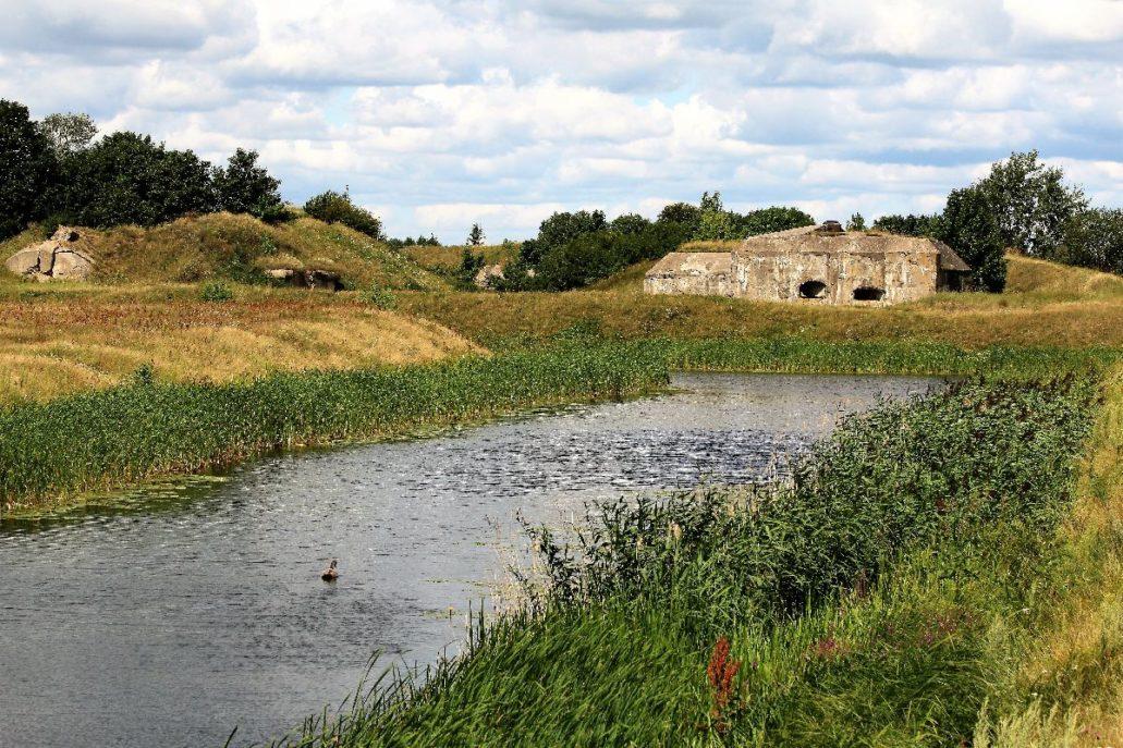 Osowiec. Fort II Zarzeczny. Przed 1914 był zbudowany na planie pięcioboku z dwoma wałami i mokrym rowem fortecznym. W załamaniach i czole fortu były platformy baterie artyleryjskie w środku zaś koszary obronne. Fot. Jerzy S. Majewski
