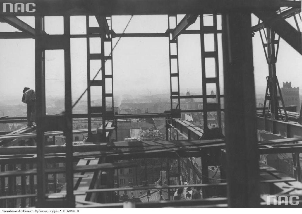 Warszawa. Plac Napoleona (dziś Powstańców Warszawy) Montaż stalowej konstrukcji wieżowca Prudential ok 1930 r. Fot NAC