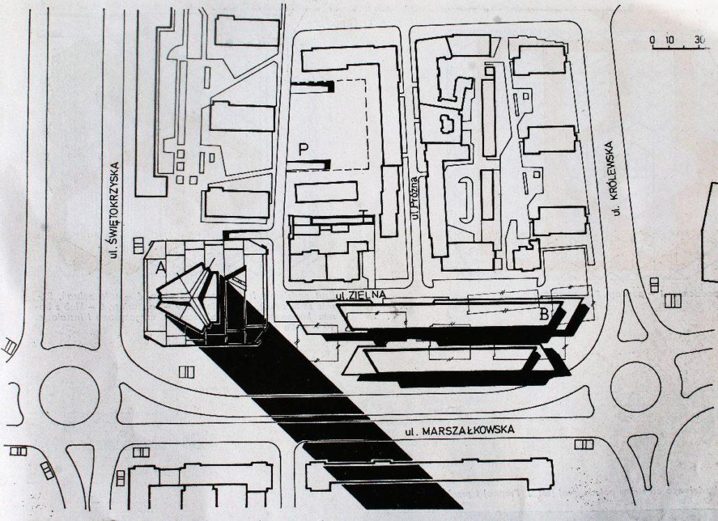 """Warszawa. Ogólna sytuacja projektowanego wieżowca Mostostalu z zaznaczonym cieniem rzucanym przez wieże. Łatwo się przekonać, że budynek planowano wznieść pośrodku dawnej Zielnej ostatecznie zamieniając tę ulicę z zaułek. W miejscu pawilonów handlowych przy Marszałkowskiej planowano wzniesienie niskich domów towarowych. Wg. """"Architektura"""" 1974"""