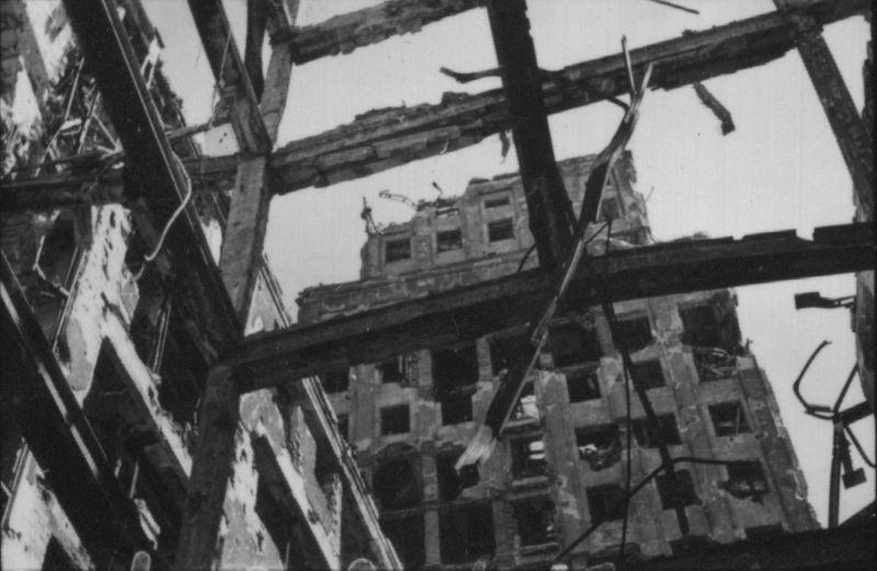 Warszawa. Tak zniszczony Prudential wyglądał tuż po wojnie. Fot. Karol Pęcherski. Muzeum Powstania Warszawskiego