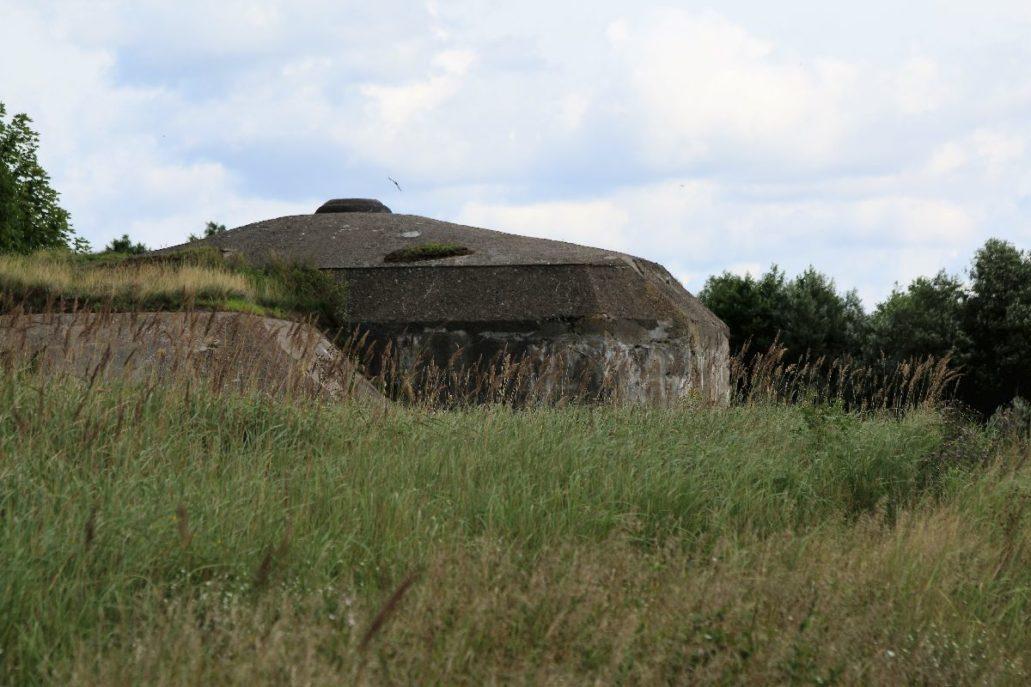 Osowiec. Najlepiej zachowany z bunkrów Fortu II Zarzecznego z widoczną, metalową kopułą. Fot. Jerzy S. Majewski