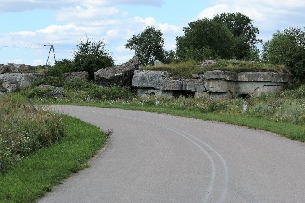 Osowiec. Wysadzony bunkier przy drodze do twierdzy. Fot. Jerzy S. Majewski