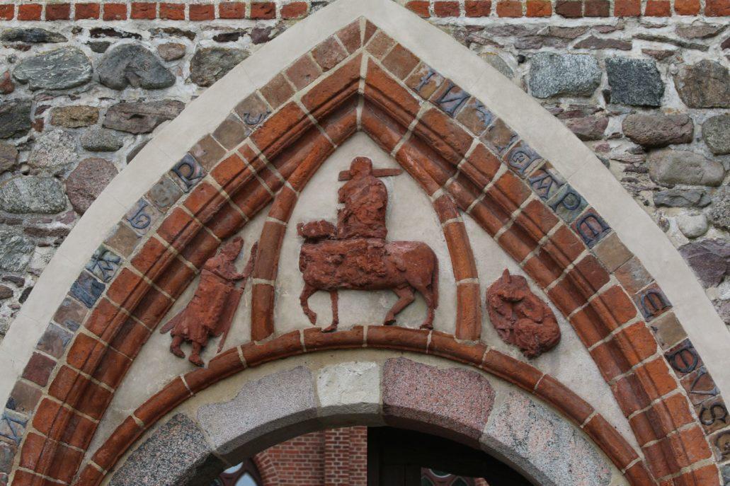 Bierzgłowo. Portal bramy Zamku Krzyżackiego z ok 1300 r. Jest to najstarsza zachowana, terakotowa płaskorzeźba z terenu dawnych Prus. W jednym ze skrzydeł zamku mieści się kaplica zamkowa. Fot. Jerzy S. Majewski