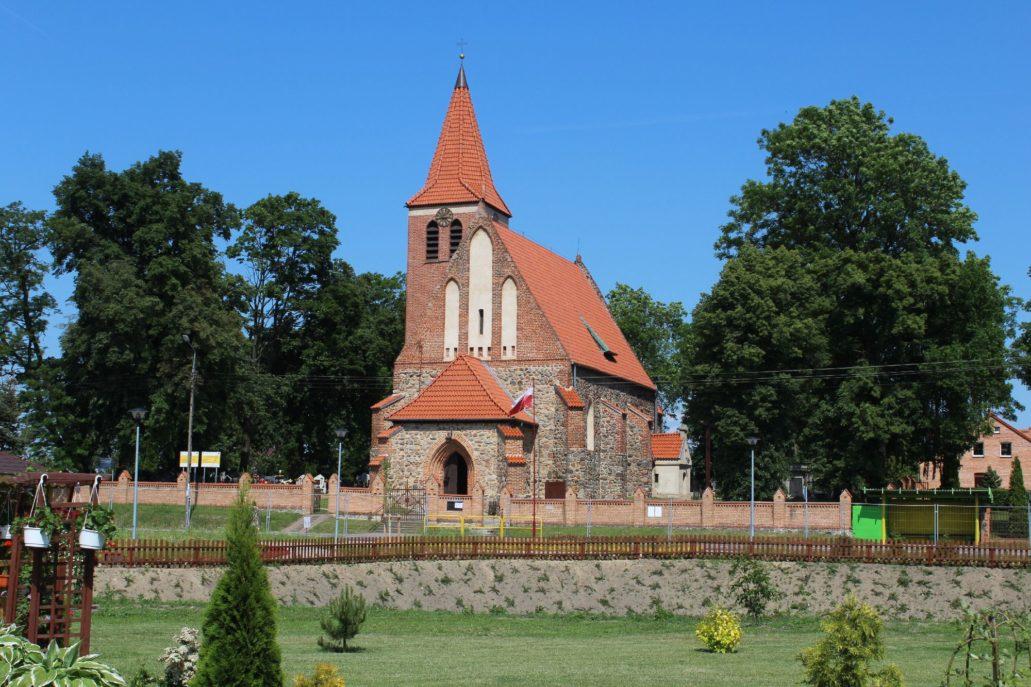 Grzywna koło Chełmna. Kościół św. Katarzyny Aleksandryjskiej. Wzniesiony na przełomie XIII i XIV w. Wieża z 1906 r. Fot. Jerzy S. Majewski