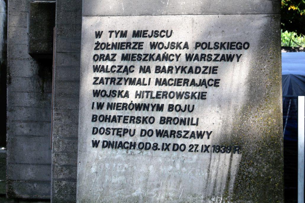 Warszawa. Pomnik Barykady Września. Napis na pomniku. Fot. Jerzy S. Majewski