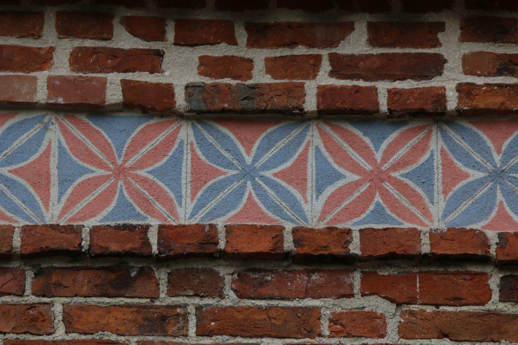 Łobdowo koło Golubia. Niedawno odrestaurowany, malowany gotycki fryz w szczycie kościoła. Fot. Jerzy S. Majewski