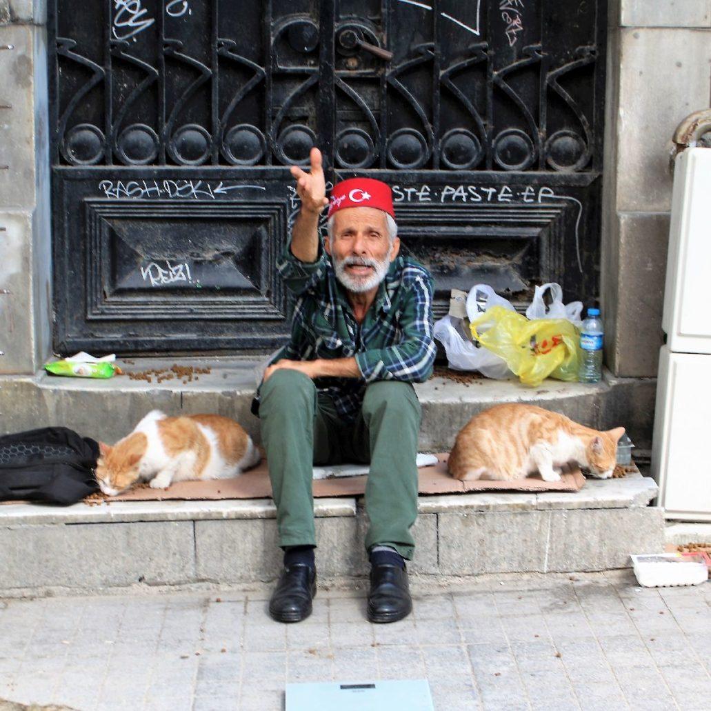 Stambuł. Przed kamienicą przy Istiklal dawnej, głównej ulicy dzielnicy europejskiej miasta. Fot. Jerzy S. Majewski
