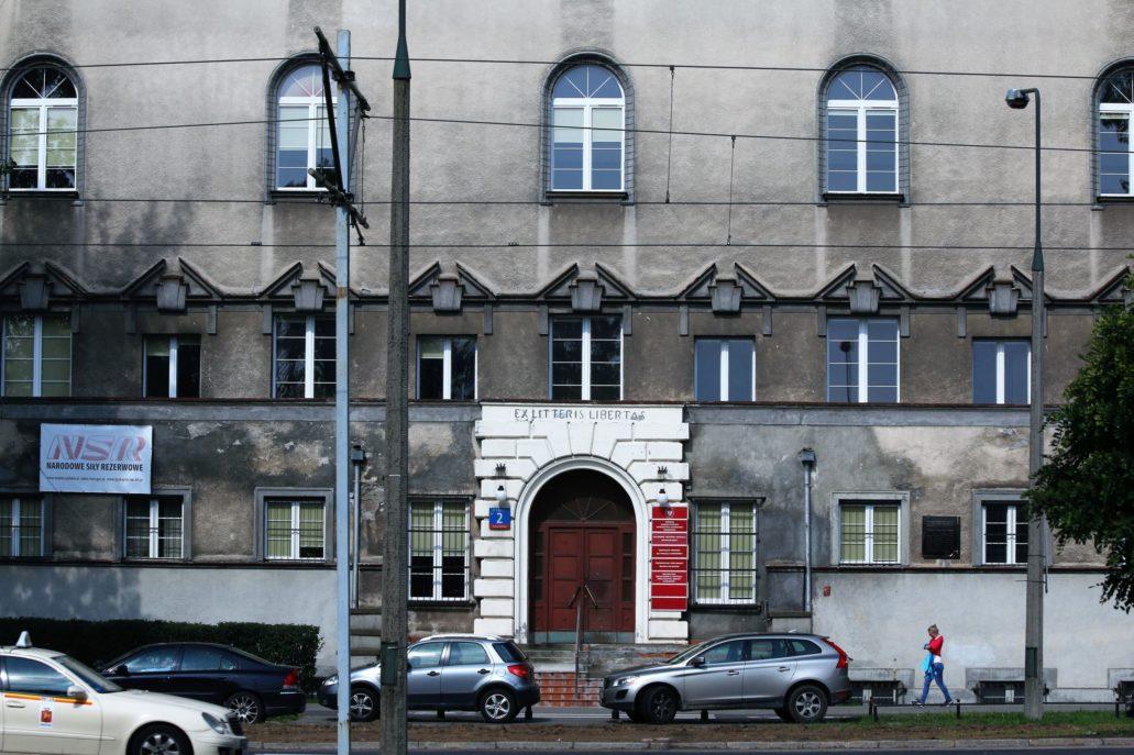 Warszawa. Banacha 2. Dawny budynek Wolnej Wszechnicy dziś. Fot. Jerzy S. Majewski