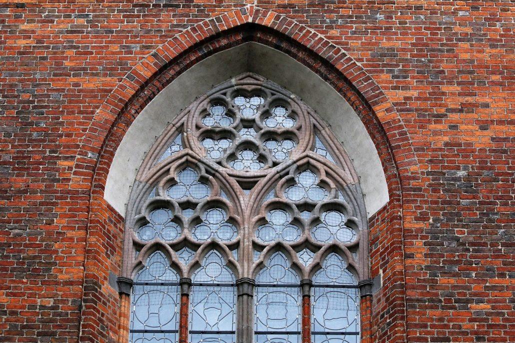 Toruń. Kościół św. Janów. Maswerk w oknie prezbiterium widoczny od zewnątrz. Fot. Jerzy S. Majewski