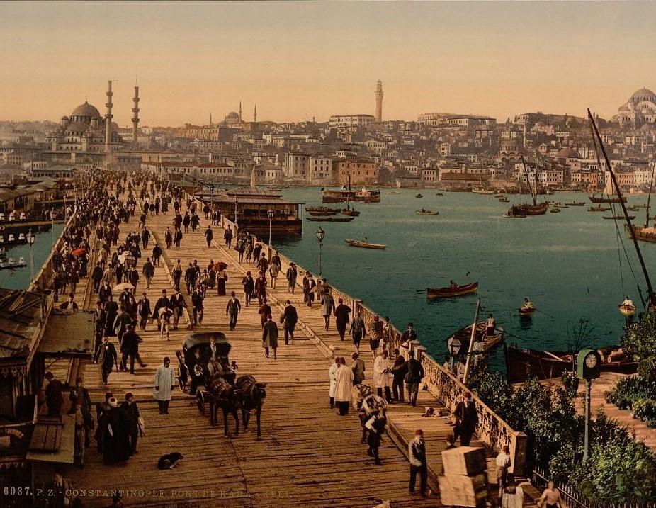 Stambuł. Wąski, drewniany most Galata z 1872 r. W głębi z lewej za mostem Nowy Meczet Sułtanki Matki (Yeni Cami) z lat 1597-1663. Kartka pocztowa