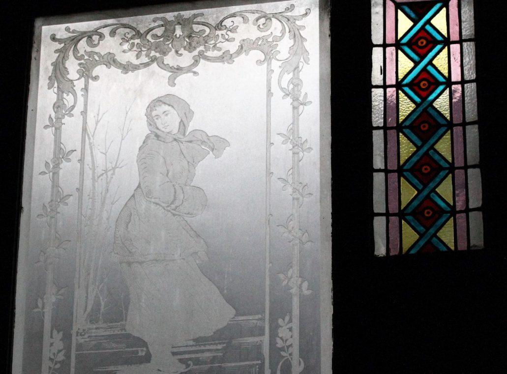Toruń. Piastowska 5. Okno z trawionego szkła zna klatce schodowej. Sąsiaduje z witrażem. Motyw zaczerpnięty z obrazu. Fot. Jerzy S. Majewski