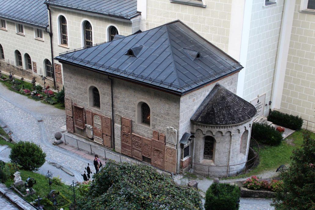 Salzburg. Kaplica przy kościele św. Piotra oraz fragment cmentarza Petersfriedhof. Na ścianie kaplicy widać wmurowane płyty nagrobne. Fot. Jerzy S. Majewski