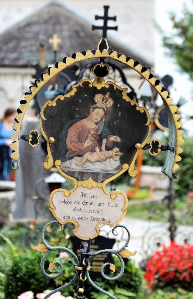 Salzburg. Petersfriedhof. Metalowy nagrobek. Matka Boska z Dzieciątkiem. Fot. Jerzy S. Majewski