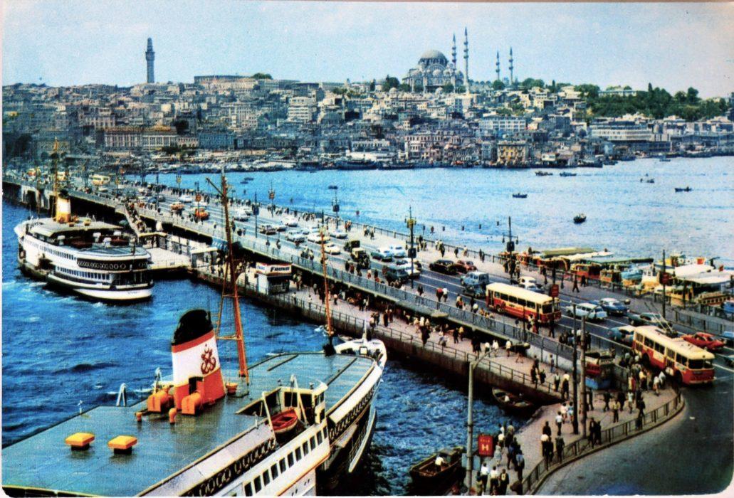 Stambuł. Most Galata w latach 60. XX w. Warto zwrócić uwagę na trolejbus u dołu po prawej. W głębi meczet Sulejmana Wspaniałego. Pocztówka ze zbioru autora
