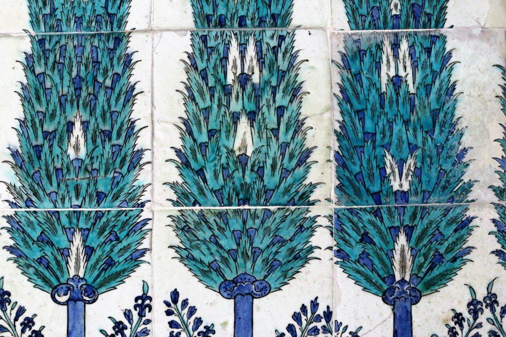 Stambuł. Pałac Sułtański Topkapi. Harem. Fragment kompozycji z cyprysami. Jak widać wszystkie kafle malowane były indywidualnie. Żaden cyprys się nie powtarza. Fot. Jerzy S. Majewski