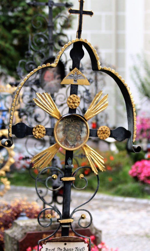 Salzburg. Petersfriedhof. Metalowy nagrobek z symbolami Trójcy Świętej. Fot. Jerzy S. Majewski