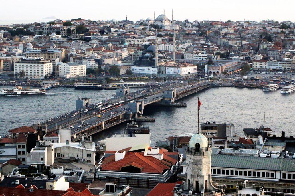 Stambuł. Most Galata w roku 2017, odbudowany po pożarze w latach 90. XX w. W części środkowej jest to most wiszący. Fot. Jerzy S. Majewski