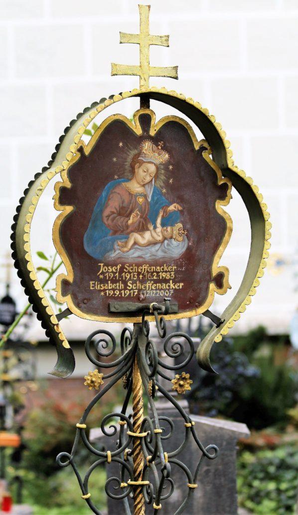Salzburg. Petersfriedhof. Metalowy nagrobek. Matka Boska z Dzieciątkiem. Fot. Jerzy S. Majewski.