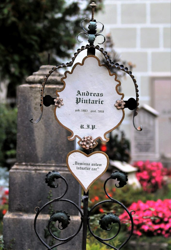 Salzburg. Petersfriedhof. Metalowy nagrobek. Fot. Jerzy S. Majewski.