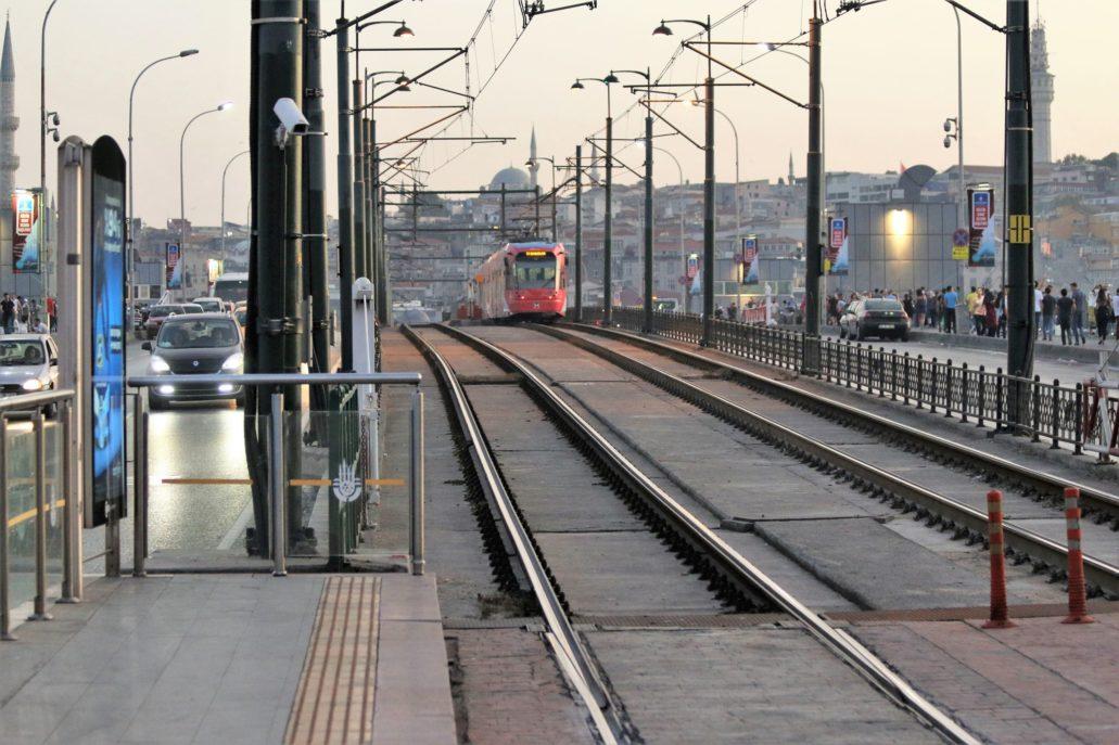 Stambuł. Most Galata z wydzielonym torowiskiem tramwajów. Fot. Jerzy S. Majewski