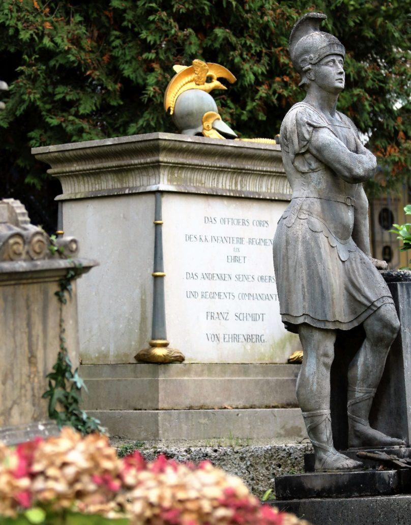 Salzburg. Petersfriedhof. Klasycystyczny nagrobek Franza Schmidta, oficera piechoty. Fot. Jerzy S. Majewski