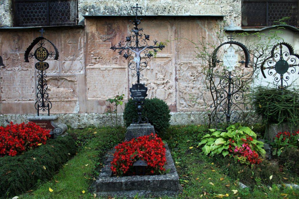 Salzburg. Cmentarz przy klasztorze benedyktynów Nonnberg. Skromne groby z metalowymi krzyżami. Fot. Jerzy S. Majewski