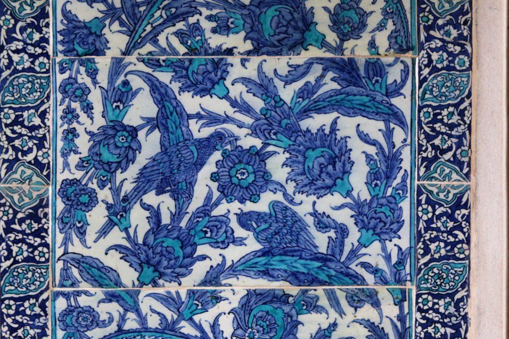 Stambuł. Pałac Sułtański Topkapi. Kafle z motywem ptaków wkomponowanych w kwiaty w sposób nieomal niezauważalny. Fot. Jerzy S. Majewski