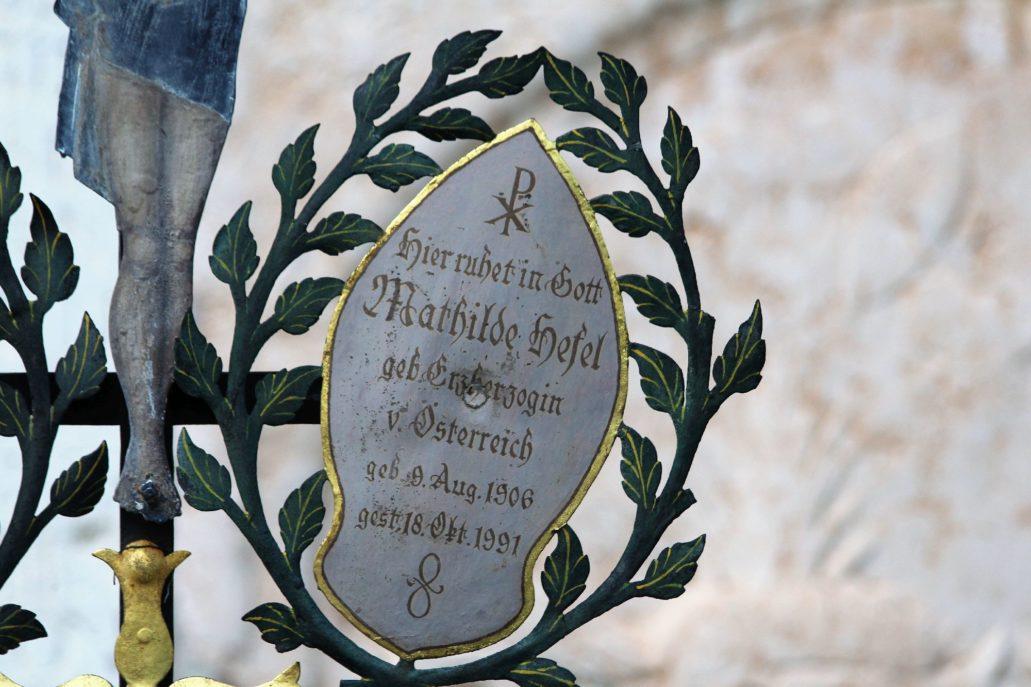 Salzburg. Cmentarz przy klasztorze benedyktynów Nonnberg. Napis na blasze. Fot. Jerzy S. Majewski
