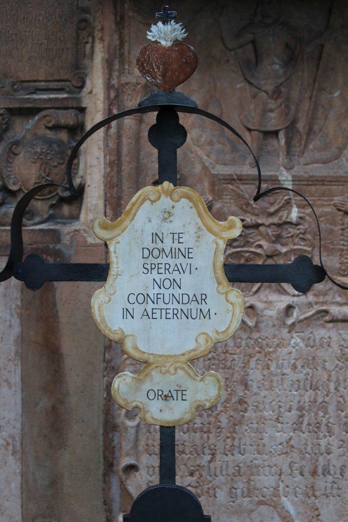 Salzburg. Cmentarz przy klasztorze benedyktynów Nonnberg. Napis na blasze. Fot. Jerzy S. Majewski.