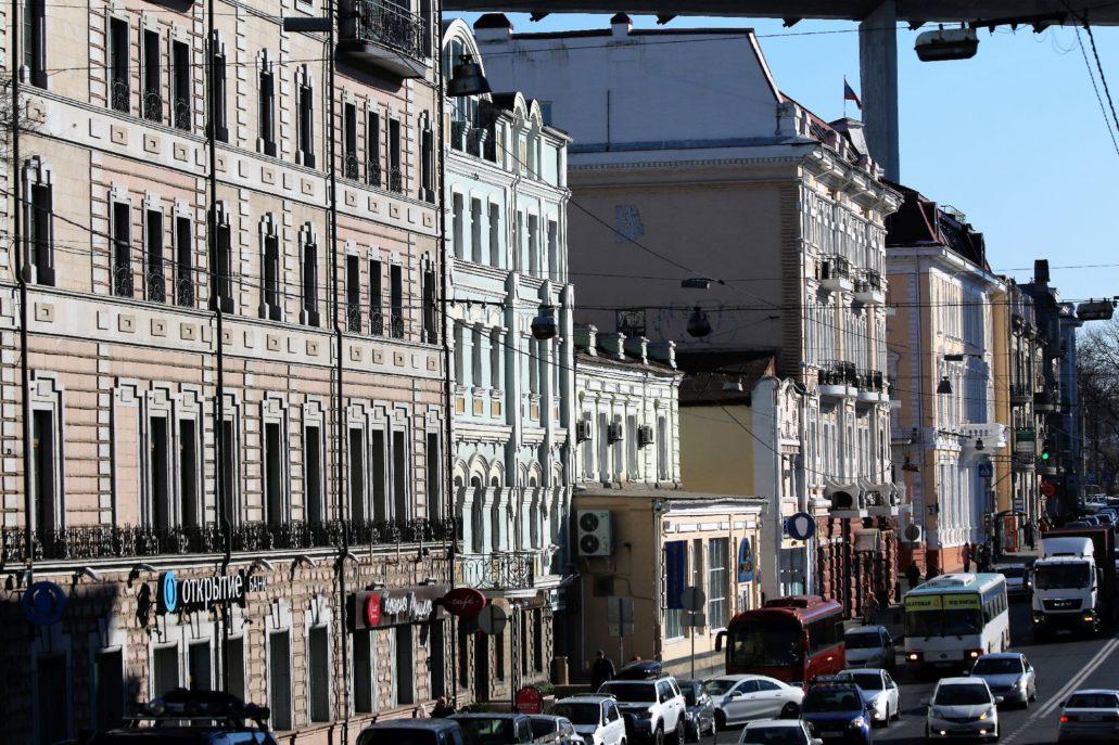 Władywostok. Swietłańska. W głębi nad domami widoczny filar Złotego Mostu. Fot. Jerzy S. Majewski
