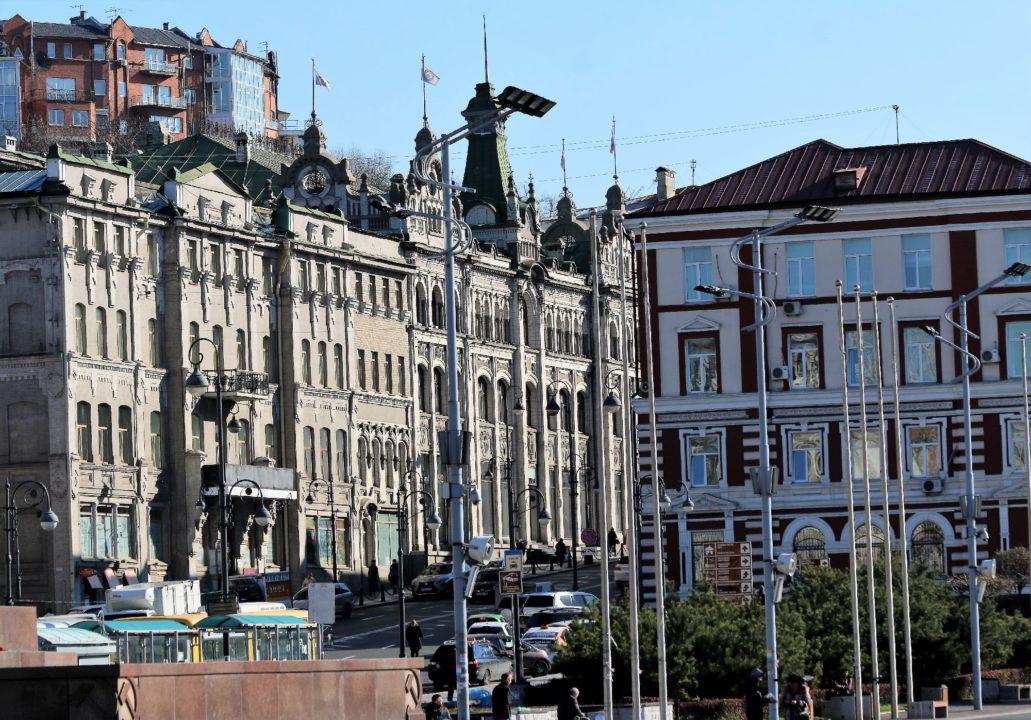 Władywostok. Ul. Swietłańska. W głębi po lewej widać zwieńczony hełmem dawny dom towarowy Kunsta i Albersa dziś GUM. Budynek na lewo od niego tez należał do firmy. Fot. Jerzy S. Majewski