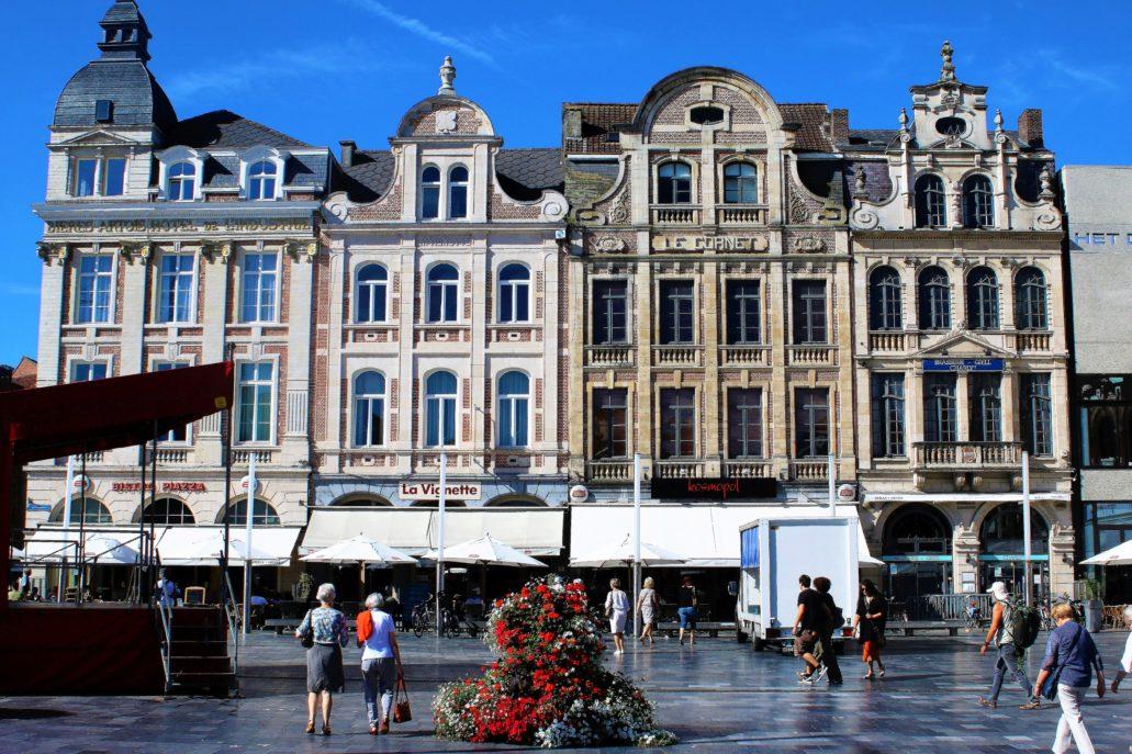 Leuven. Odbudowana pierzeja Martelarenplein, czyli placu Męczenników. Widać ją naprzeciwko dworca kolejowego. Przed 1914 r. nosił nazwę Van de Weyerplein. Tutaj w 1914 r. Niemcy dokonali wielu egzekucji cywili. Wydarzenia te upamiętnił pomnik z 1925 r. Fot. Jerzy S. Majewski .