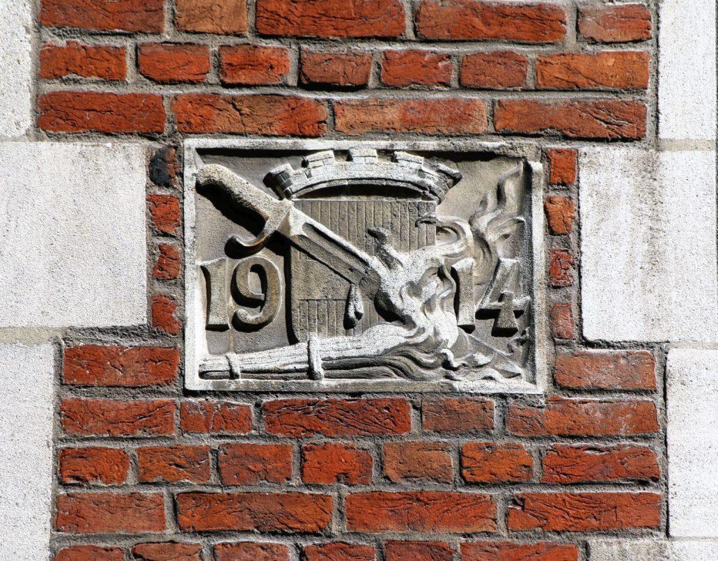 Leuven. Takie kamienie umieszczano na elewacjach budynków odbudowanych ze zniszczeń wojennych. Fot. Jerzy S. Majewski