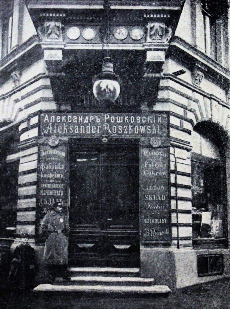 """Łódż. Piotrkowska 76. Wejście do kawiarni Roszkowskiego. Fot. Marjan Fuks, """"Świat"""" 1909"""