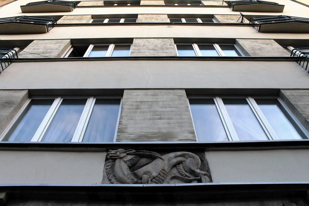 Kraków. Starowiślna 896. Godło nad wejściem do kamienicy. Fot. Jerzy S. Majewski
