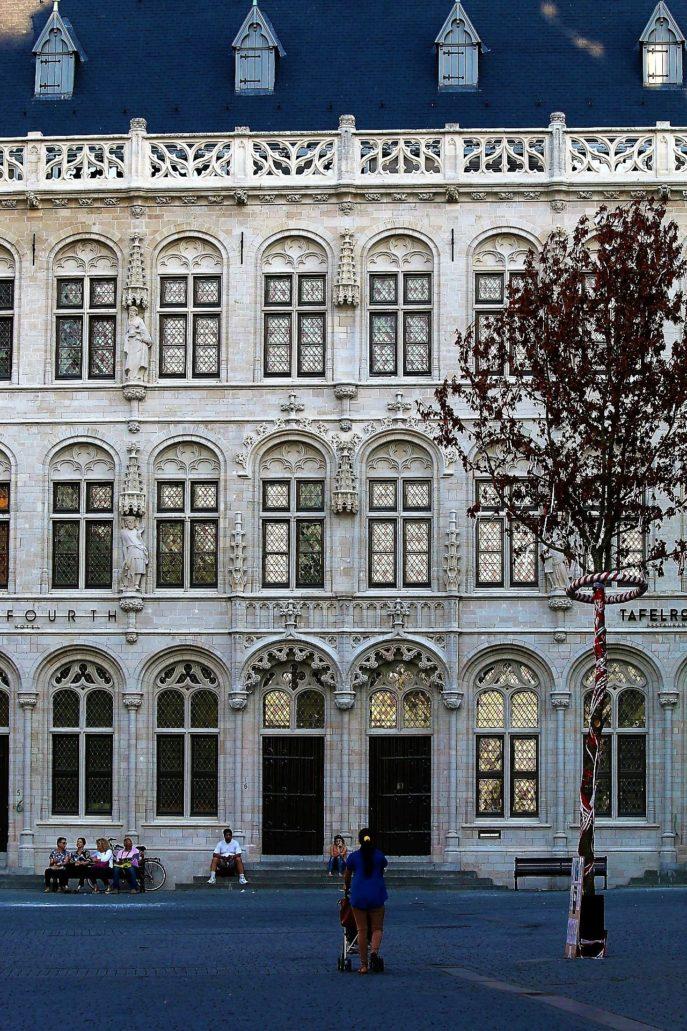 Leuven. Gotycki budynek Tafelrondu przy Grote Markt. Tak naprawdę jest to rekonstrukcja z lat 1926-1930 obiektu który został rozebrany już w 1817 r. Projekt rekonstrukcji Maxim Winders. Fot. Jerzy S. Majewski